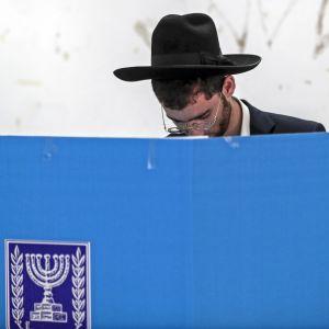 Ortodoksijuutalainen mies äänestyskopissa.
