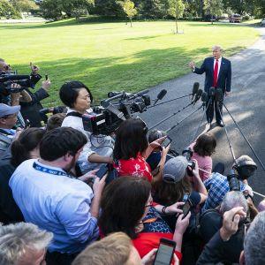 Presidentti Donald Trump puhuu medialle Valkoisen talon pihalla.