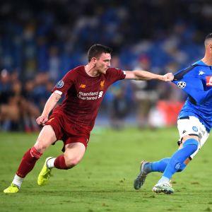 Liverpoolin Andy Robertson repii Napolin Jose Callejonia paidasta.
