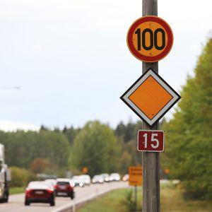 liikennettä valtatiellä 15