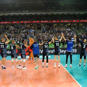 Suomen pelaajat kiittävät faneja.