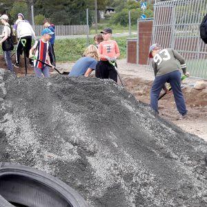 oppilaita rakentamassa pihaa Hauhon yhtenäiskoululla