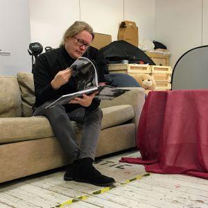 Valokuvaaja ja Sentencedin rumpali Vesa Ranta selailee tekemäänsä Sentenced-kirjaa.
