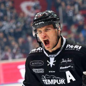 Jonne Virtanen tuulettaa villisti.