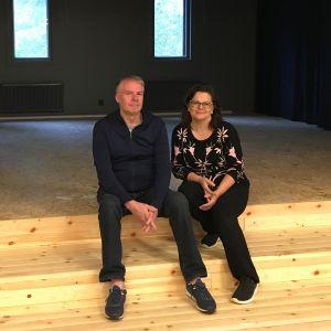 Oulunsalon nuorisoseuran puheenjohtaja Minna Närhi ja nuorisoseuran remontin vetäjä Lasse Karlström.