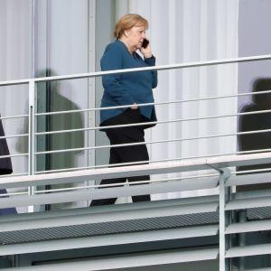 Merkel Saksan hallituksen kokouksen tauolla