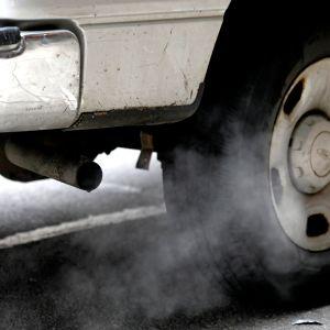 auton pakoputki savuttaa