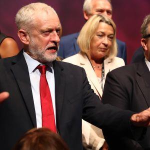 Britannian Työväenpuolueen puheenjohtaja Jeremy Corbyn ja varapuheenjohtaja Tom Watson.