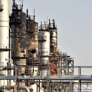 Tuhoutunut öljynjalostamo Saudi-Arabian Abqaiqissa 20. syyskuuta.