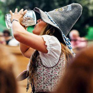 nainen juo olutta