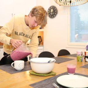 16-vuotias Oskari Päätalo kaataa smoothieta