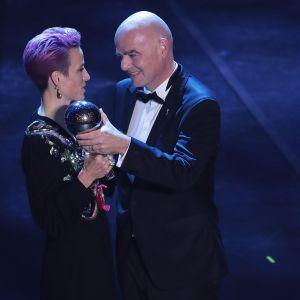 Vuoden parhaaksi naisjalkapalloilijaksi valittu Megan Rapinoe ja Fifan puheenjohtaja Gianni Infantino