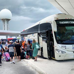 Brittituristeja saapumassa lentoasemalle.