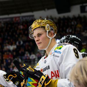 Jesse Puljujärvi seisomassa vaihtoaitiossa.