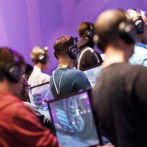 Pelaajia Gamescon-pelimessuilla Kölnissä.