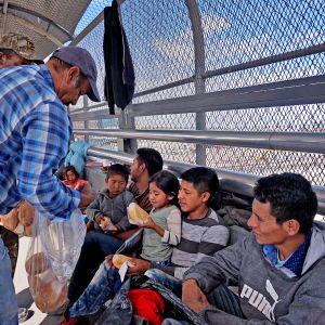 Keski-Amerikan maista sekä Kuubasta lähtöisin olevia siirtolaisia Santa Fen kansainvälisellä sillalla Meksikossa lokakuussa 2018.