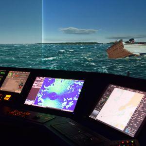 Matkustaja-aluksella on syttynyt tulipalo ja se on saanut pahan kallistuman Aboa Maren simulaattorin onnettomuusharjoituksessa.