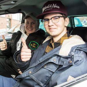 Riku Salo istuu mopoautossaan kuskin paikalla. Pojan kaverin Kim Vapola istuu vieressä.