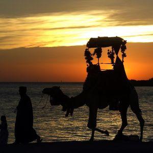 Auringonlasku Punaisenmeren rannalla Jeddahin kaupungissa.