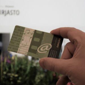 Ratamo-kirjastojen kortti kädessä