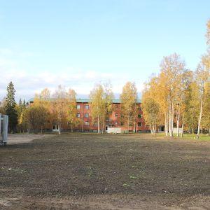 Metsolantieltä Tornion Kivirannalta puretun kerrostalon tontti.
