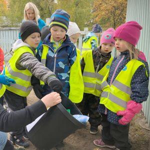 Lapset tutustuvat roskien lajitteluun.