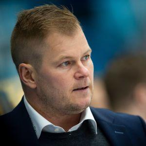 Ari-Pekka Pajuluoma lähikuvassa.