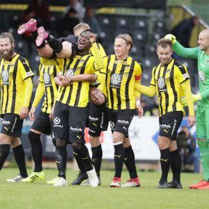 Gideon Baah'lla olkapäällään Arlind Sejdiu, oikealla Tim Murray, Mikko Sumusalo ja Henri Aalto. FC Honka