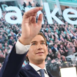 Sebastian Kurz tervehtii. Taustalla suuri teksti Danke eli Kiitos.