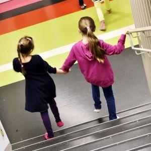 Oppilaita koulun käytävällä