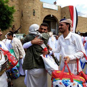Huthikapinallisten vapauttamia vankeja Sanaassa.