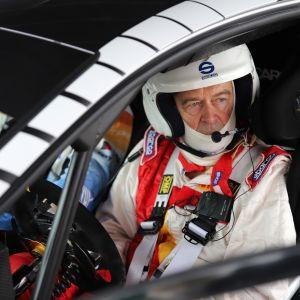 Kilpa-autoiloija Markku Alén sähköauton ohjaimissa