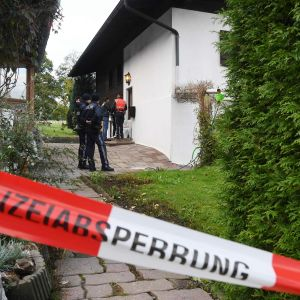 Poliiseja rikospaikalla Kitzbühelissa Itävallassa sunnuntaina.