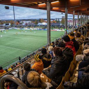 Yleisö jännittää ottelun tulosta Savo Areenalla sunnuntaina.