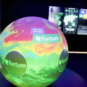 Fortumin interaktiivinen maapallo yhtiön showroom-tiloissa osavuosikatsauksen tiedotustilaisuudessa Fortumin pääkonttorilla Espoossa.