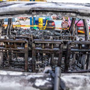 Kuopion Prisman parkkipaikalla palaneen auton sisusta onnettomuuden jälkeen.