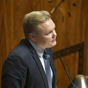 Antti Kurvinen puhuu eduskunnan täysistunnossa.