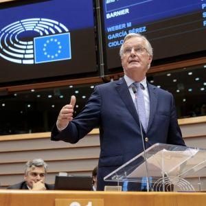 Euroopan komission puheenjohtaja Jean-Claude Juncker ja brexit-neuvottelija Michel Barnier Euroopan parlamentissa.