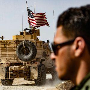 Yhdysvaltain vedettyä joukkonsa Syyriasta alueen kurdit joutuvat taistelemaan Turkkia vastaan ja Isis-vankien vartiointi on jäämässä toissijaiseksi. Kuvassa Yhdysvaltain sotaväkeä kurdien Turkin-vastaisen mielenosoituksen aikana Ras al-Ainin kylän lähistöllä sijaitsevan liittouman leirin ulkopuolella sunnuntaina.