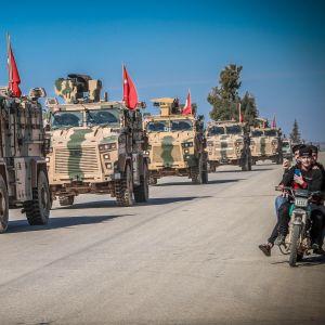 Turkin panssaroidut ajoneuvot partioivat lähellä Syyrian rajaa.
