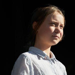 Greta Thunberg tummalla taustalla
