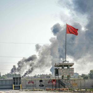 Syyrialaisessa Tal Abyadin kaupungissa savuaa Turkin tekemien iskujen jälkeen. Kuva on otettu tänään turkkilaisesta rajakaupunki Akcakalesta.