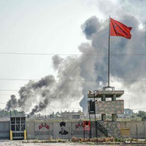 Kuva otettu Turkin puolelta Syyriaan päin, jossa näkyy Tal Abayadin kaupungista nousevan savua.