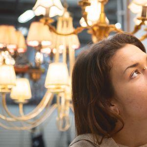 Emma katselee kirpparilla valaisimia