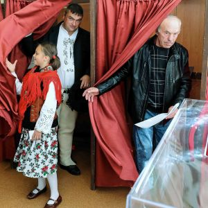 Äänestäjiä Maruszynassa 13. lokakuuta.