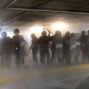 Mellakkapoliiseja Barcelonan lentoasemalla.