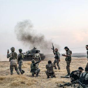 Turkkilaisia ja turkkilaistaustaisia syyrialaisia taistelijoita kuvattuna Turkin rajan läheisyydessä Manbijissa.