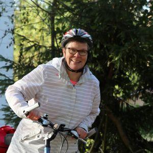 Päivi Nironen lähdössä polkupyöräilemään