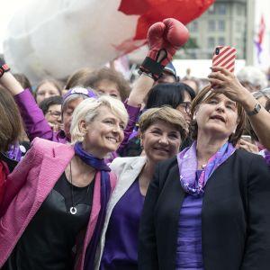 Viola Amherd, Marina Carobbio Guscetti ja Sibel Arslan osallistuvat mielenosoitukseen Sveitsissä.