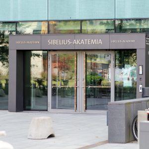 Musiikkitalon Sibelius-Akatemian sisäänkäynti.